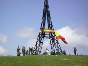 Militares españoles colocando la bandera en la Cruz del monte Gorbea