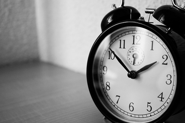 Reloj en blanco y negro señala las diez y diez