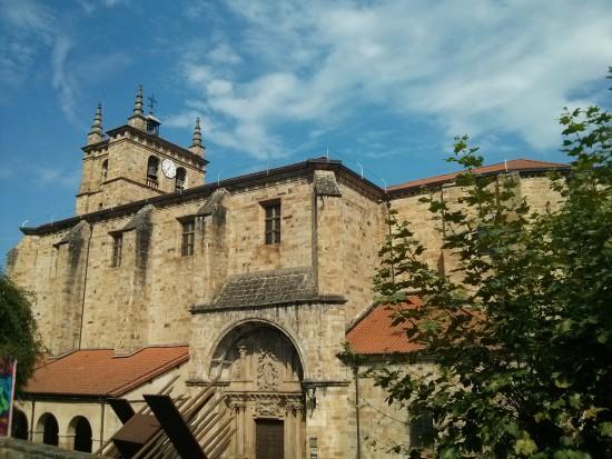 La robusta iglesia de Segura. Hace honor al nombre de la villa.