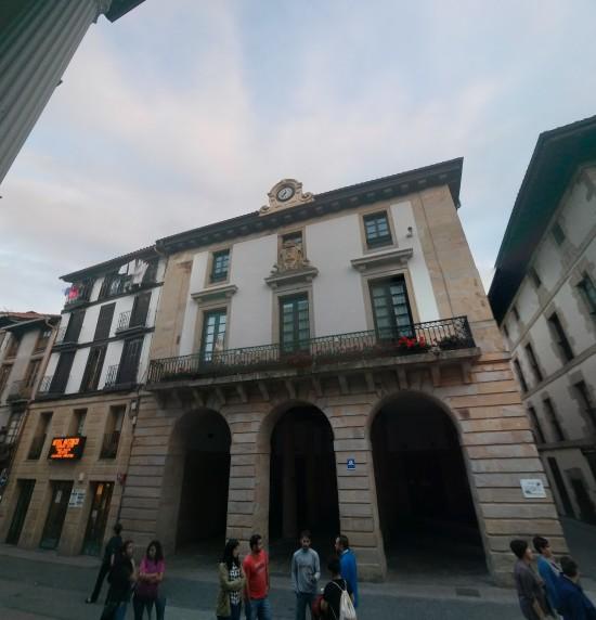 Ayuntamiento de Ordizia visto desde la plaza del mercado.